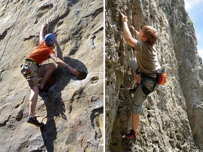 Adolescents grimpant sur la roche en colonie de vacances escalade