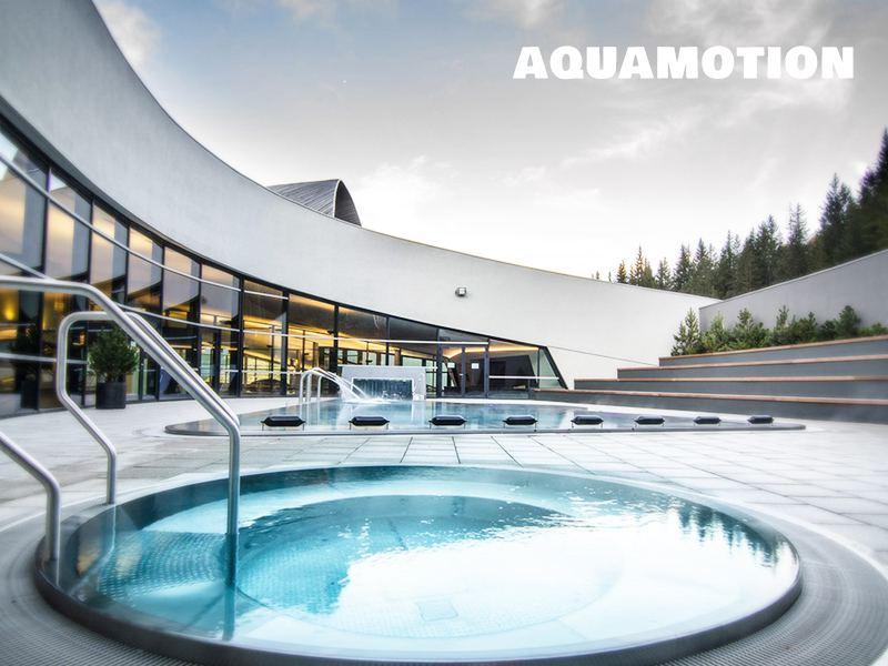Vue sur les piscines extérieures de Aquamotion à Courchevel