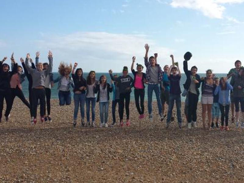 Groupe d'adolescent qui saute sur les plages de Brighton en Angleterre en été