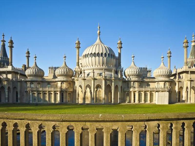 Vue sur le Royal Pavilion de Brighton depuis ses jardins en été