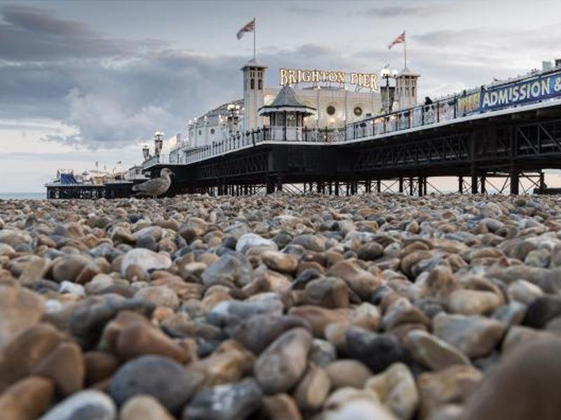 Vu sur Brighton Pier depuis la plage de galet de Brighton en Angleterre