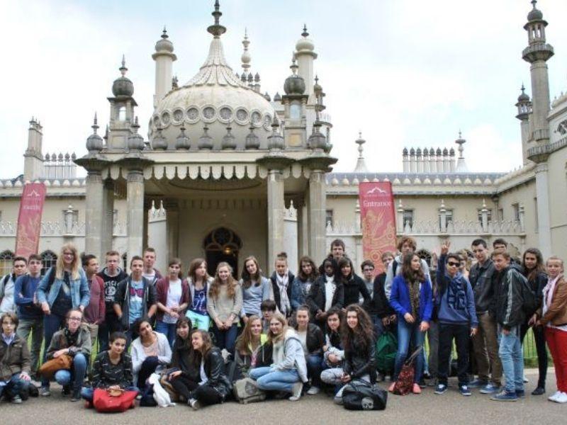 Colonie de vacances en séjour linguistique en Angleterre devant le Brighton Pavilion