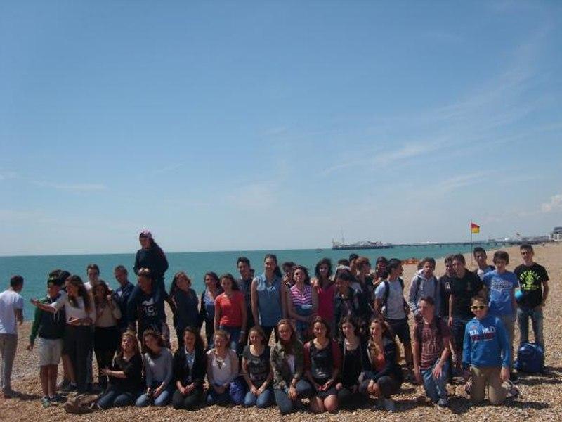Groupe d'adolescent en colonie de vacances linguistique sur les plages de Brighton en Angleterre