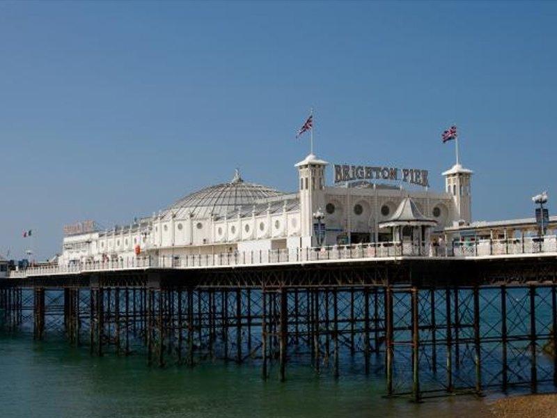 Vue de Brighton Pier depuis la plage en Angleterre