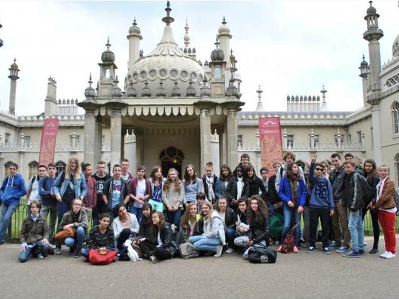 Groupe d'adolescent en colonie de vacances linguistique devant le Royal Pavilion de Brigthon en Angleterre