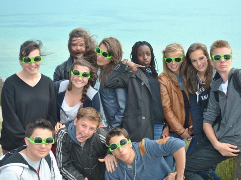 Groupe d'adolescent en colonie de vacances sur les plages de Brighton en Angleterre