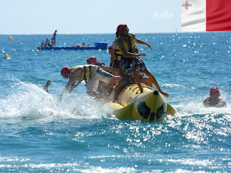 adolescents faisant de la banane tractée en colonie de vacances à Malte cet été