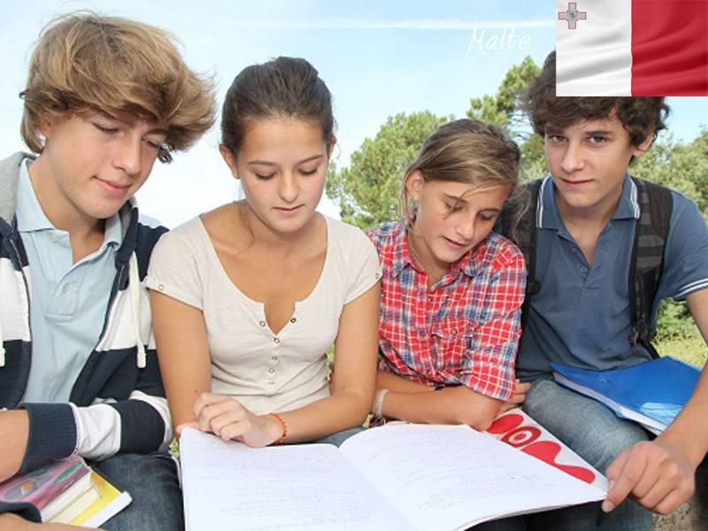 Groupe d'adolescents apprenant l'anglais en séjour linguistique cet été
