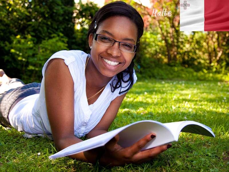 Jeune fille apprenant l'anglais en colonie de vacances à Malte cet été