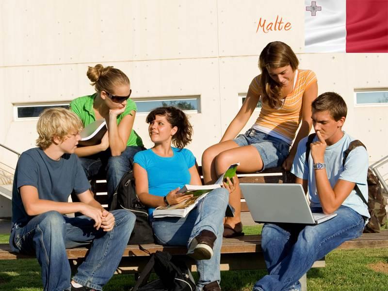 adolescents révisant leur anglais en colonie de vacance linguistique à Malte cet été