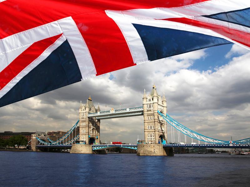 Vue sur le Tower Bridge à Londres accompagné du drapeau d'Angleterre