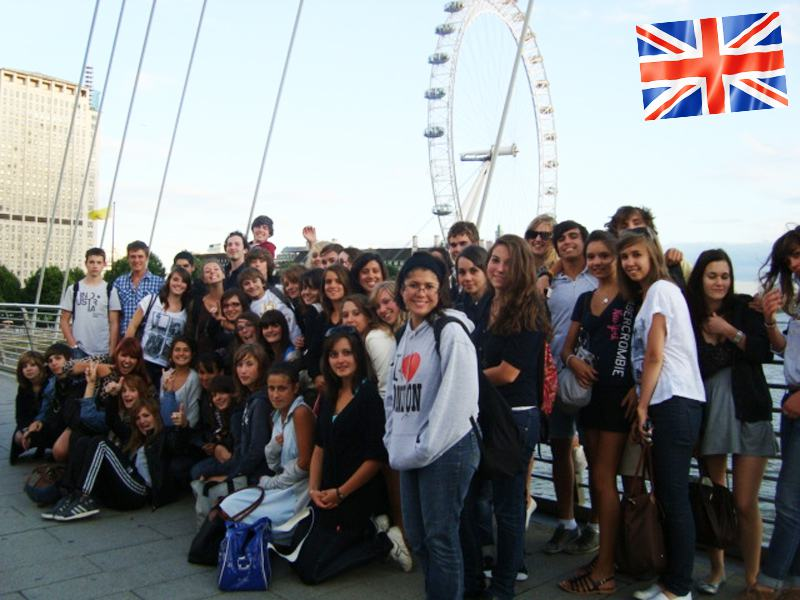 Un groupe d'adolescent en colonie de vacances devant le London Eye en Angleterre