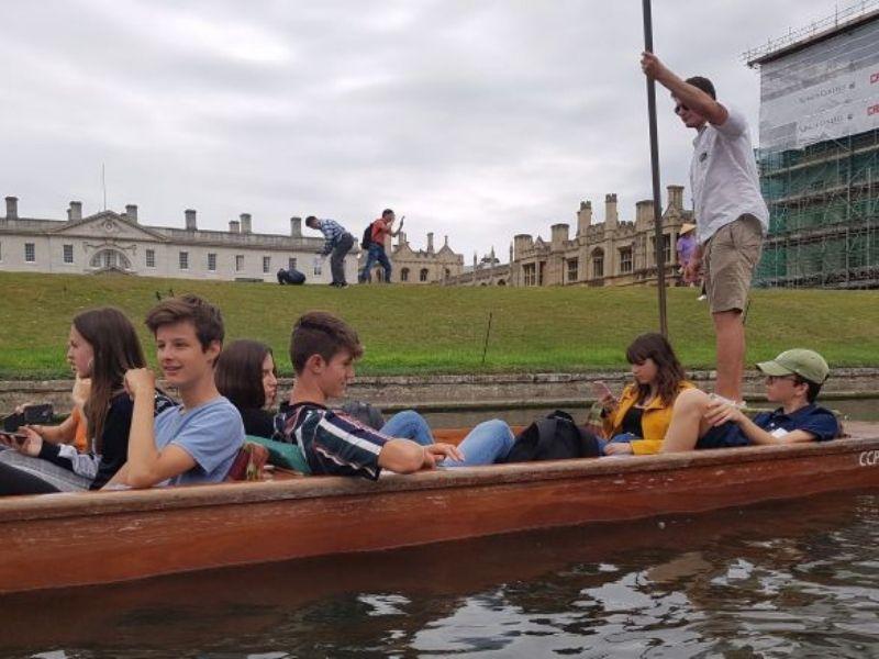 Ados dans une barque pendant une visite de Brighton durant leur séjour linguistique à Londres