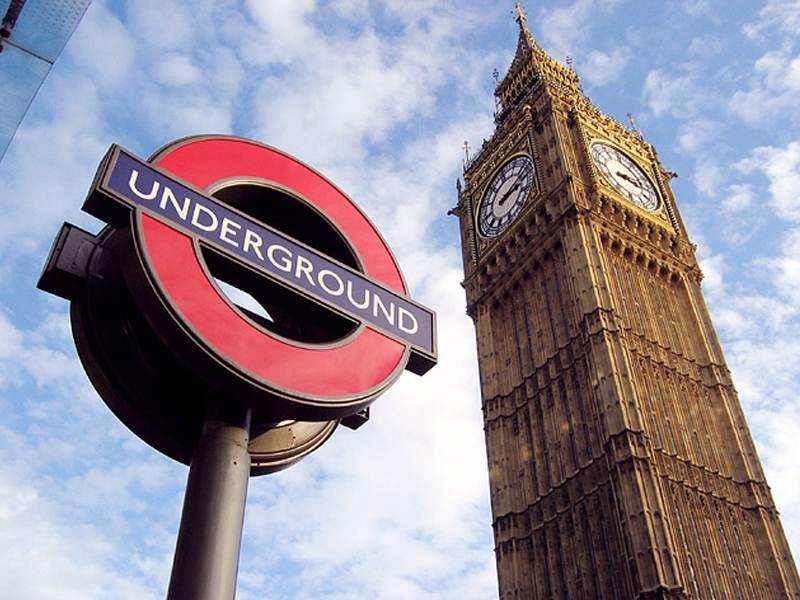 Le Big Ben à Londres et à coté un panneau indiquant le métro anglais