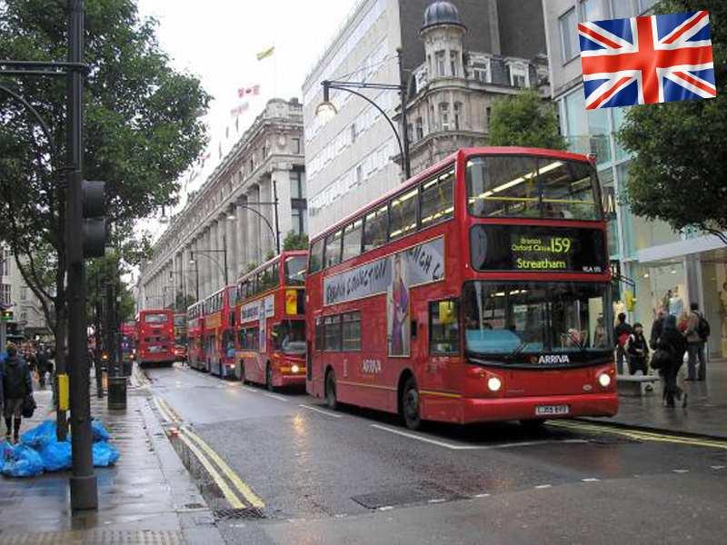 Les bus rouges dans les rue de Londres en été