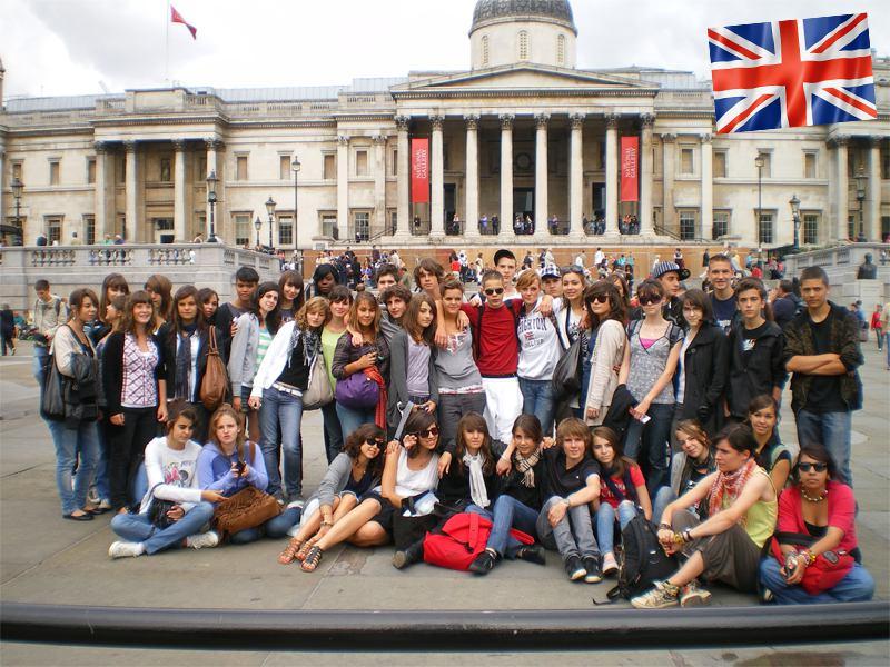 Un groupe d'adolescent en colonie de vacances devant la National Gallery de Londres en Angleterre