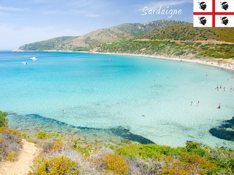 Vue sur les plages de la Sardaigne cet été en colonie de vacances