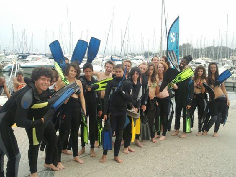 groupe d'ados pratiquant les activités nautiques en colonie de vacances cet été