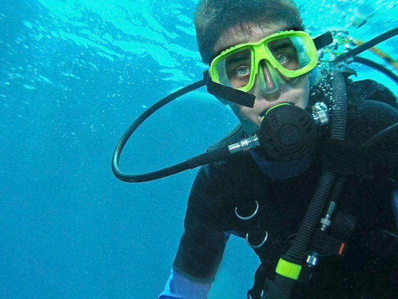 Adolescent pratiquant la plongée sous marine en colonie de vacances cet été