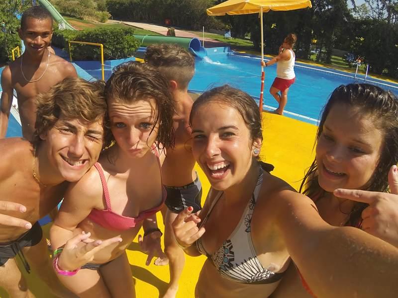 selfie d'adolescents heureux dans les jeux aquatiques en été en colonie de vacances
