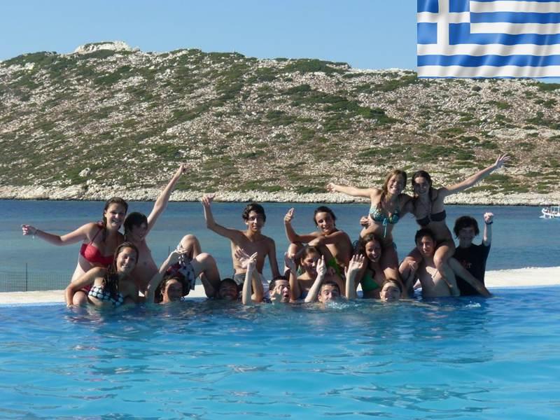 Groupe d'adolescents en colonie de vacances d'été en Grèce