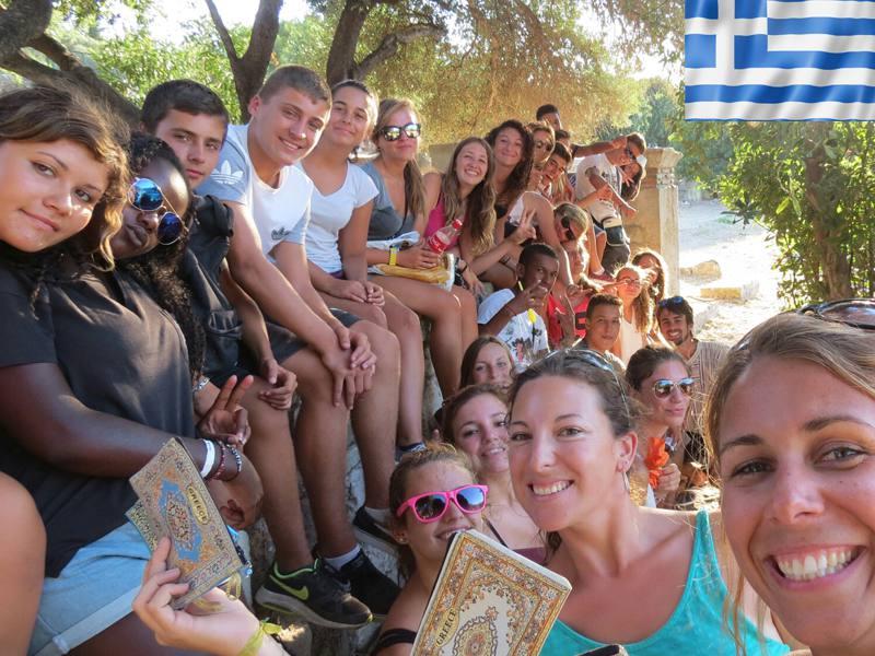 groupe d'adolescents et leur animatrice en colonie de vacances en Grèce