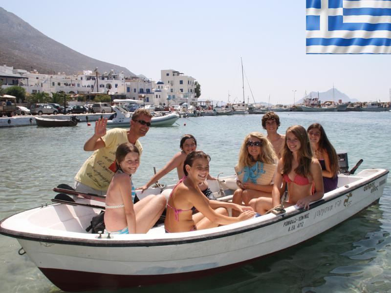 Adolescents en balade en bateau cet été en colonie de vacances en Grèce