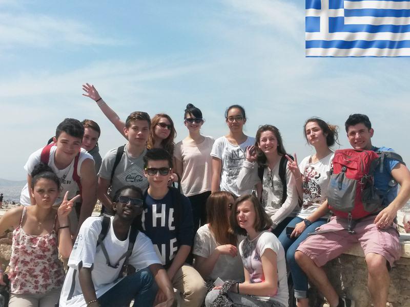 groupe d'adolescents en colonie de vacances cet été en Grèce