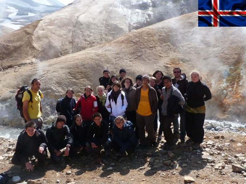 groupe d'enfants et ados posant devant les geyser en colonie de vacances