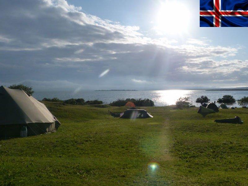 Adolescents faisant du camping en colonie de vacances d'été