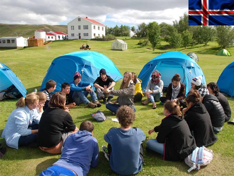 adolescents campant en Islande en colonie de vacances itinérante cet été