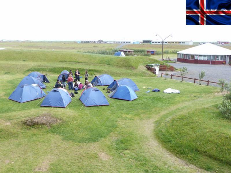 tentes de couchage dans un paysage islandais en colonie de vacances itinérante en Islande cet été