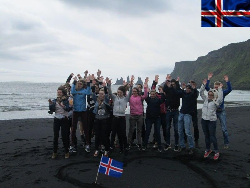 Groupe d'ados heureux d'être en colo en Islande cet été