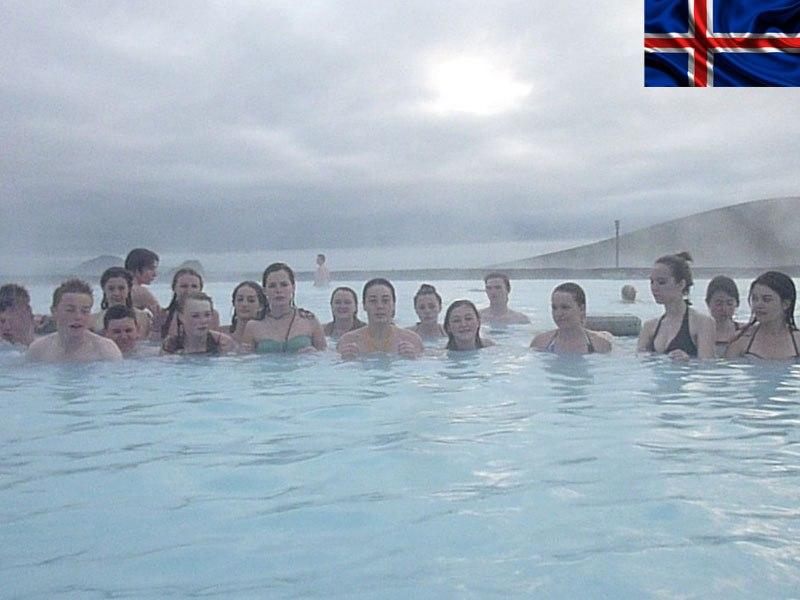 Groupe d'adolescents se baignant dans une source d'eau chaude en colonie de vacances en Islande