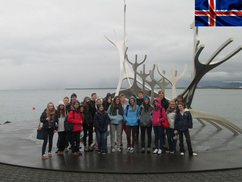 Adolescents en groupe en colonie de vacances en Islande cet été