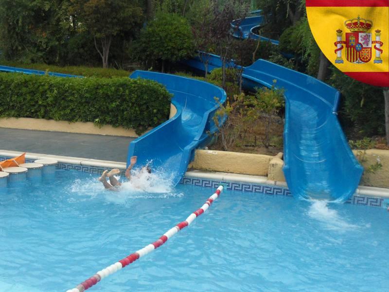 ado faisant des glissades au parc aquatique water world cet été en colonie de vacances en espagne