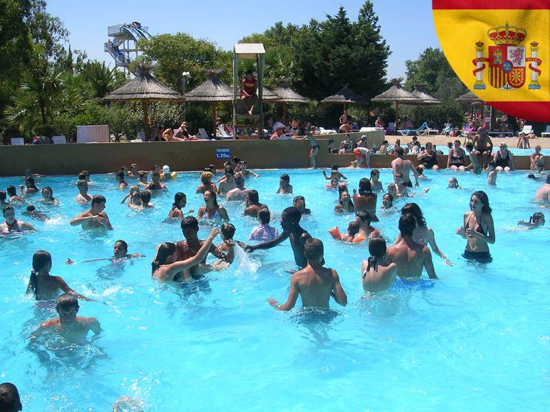 adolescents se baignant dans une piscine cet été en colonie de vacances