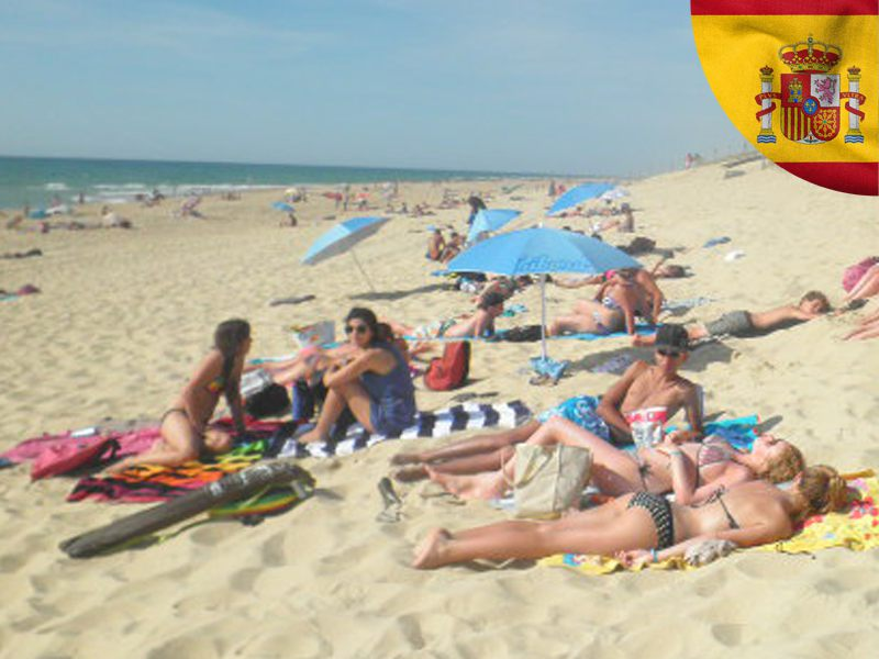Adolescents se faisant bronzer sur la plage en colonie de vacances cet été