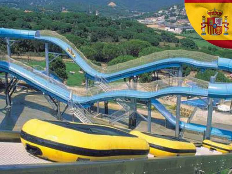 Vue sur les attractions de water world en colonie de vacances cet été