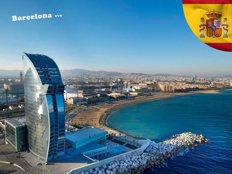 vue sur l'hotel W à Barcelone en colonie de vacances en Espagne cet été