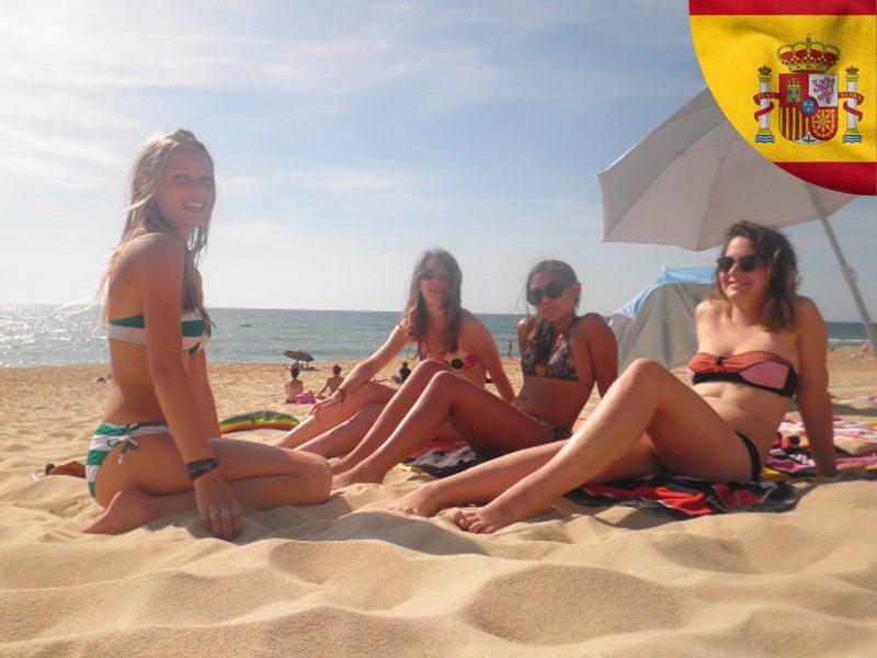 Adolescentes sur la page en Espagne en colonie de vacances