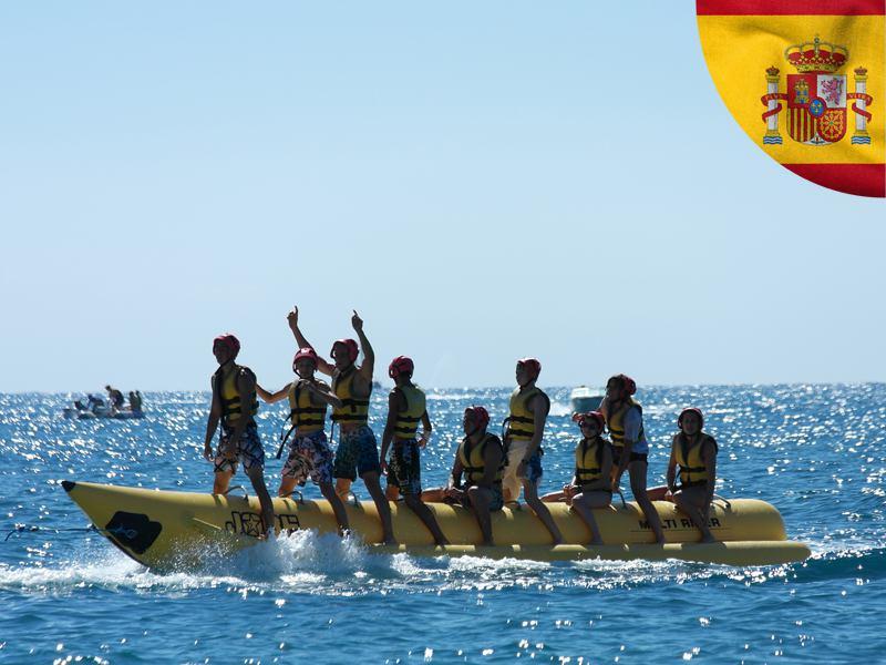 Groupe d'ados faisant de la banane tractée cet été en colonie de vacances en Espagne