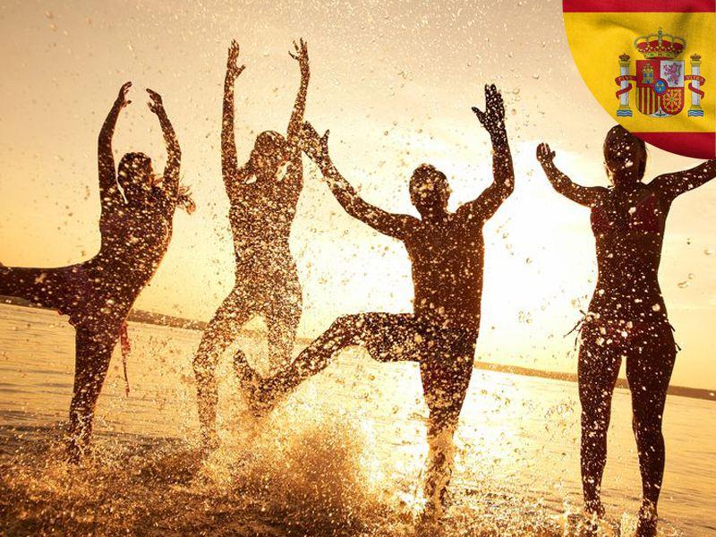 adolescents en bord de mer sous le coucher de soleil heureux d'etre en colonie de vacances en Espagne