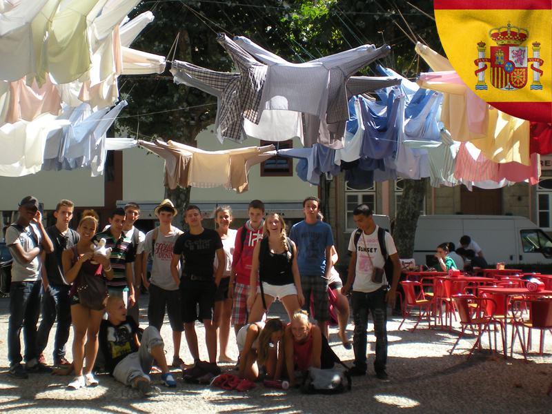 Groupe d'adolescents en colonie de vacances cet été en Espagne