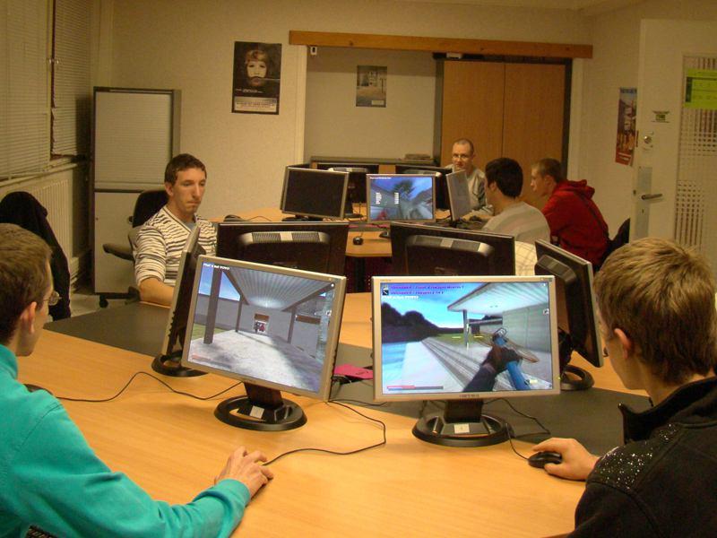 Enfants et ados jouant aux jeux vidéos en ligne en colonie de vacances d'été