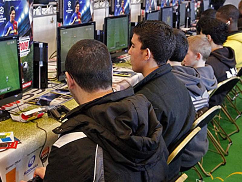 Jeunes jouant en ligne sur ordinateur en colonie de vacances pour geek