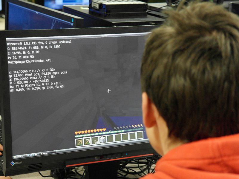 Enfant jouant à Minecraft en colonie de vacances jeux vidéo été