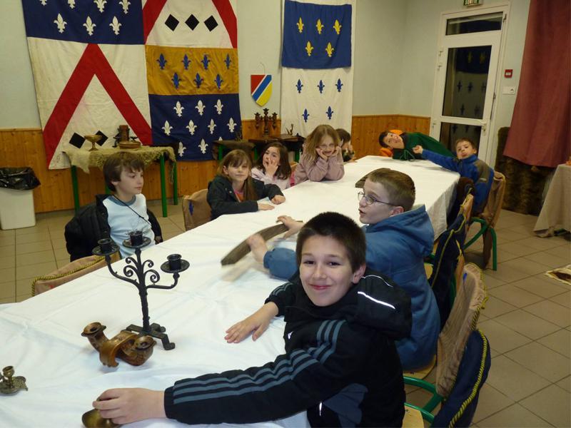 Enfants jouant aux jeux de société en colonie de vacances d'été