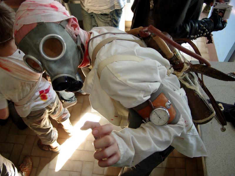 Enfant déguisé portant un masque en colo