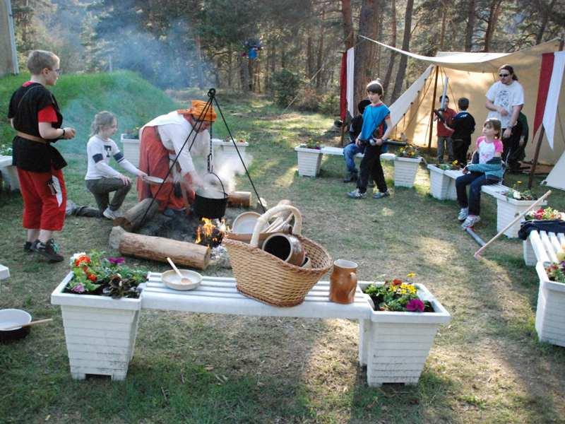 Feu de camp médiéval en colonie de vacances jeux de role été